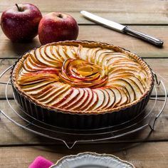 An amazing fine apple tart with vanilla filling.