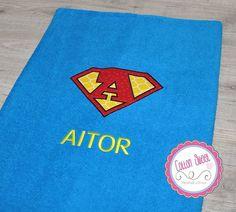 Toalla Superman de película para los más pequeños. ¡Se sentirán superhéroes con ella! Es perfecta para casa, la playa, o hacer un regalo muy original...