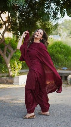 Beautiful Pakistani Dresses, Pakistani Dress Design, Pakistani Outfits, Indian Outfits, Patiala Suit Designs, Kurta Designs Women, Kurti Designs Party Wear, Stylish Dresses For Girls, Stylish Dress Designs