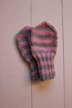 Aiemmin esittelemistäni lapasista tuli hieman reilut, joten kudoin pikaisesti jämälangoista hieman pienemmät tumput, jotka saa heti käyttöön... Tuli, Fun Projects, Knitted Hats, Knitting, Children, Crochet, Baby, Young Children, Boys