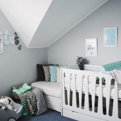 Pojawienie się małego lokatora w domu to duża rewolucja dla rodziców. Czy zdecydować się na kącik w sypialni rodziców czy może od razu na osobny pokoik dla naszej pociechy? Jeśli zdecydujecie się na to drugie rozwiązanie,koniecznie przeczytajcie nasz artykuł.