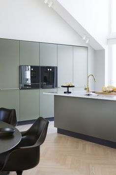 Totalinnredning til leilighet i Kristiansand Green Kitchen, Kitchen Colors, Kitchen Decor, Olive Kitchen, Modern Kitchen Design, Interior Design Kitchen, Open Plan Kitchen Living Room, Scandinavian Kitchen, Bespoke Kitchens