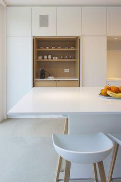 White contemporary kitchen in Rijmenam. © photo by Liesbet Goetschalckx Kitchen Layout, New Kitchen, Kitchen Dining, Kitchen Decor, Awesome Kitchen, Beautiful Kitchen, Dining Rooms, White Contemporary Kitchen, Contemporary Bedroom