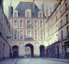 Early XXe Paris color photography, Autochrome Lumière technology  Place des Vosges -  from rue Birague