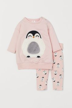 Set with a top, pair of leggings and a hairband in soft cotton. Longer top in sweatshirt fabric with press-studs on one shoulder, dropped shoulders, long sl Baby Outfits, Kids Outfits, Casual Outfits, Spring Outfits, Baby Girl Fashion, Fashion Kids, Paris Fashion, Baby Girl Pajamas, Winter Baby Clothes