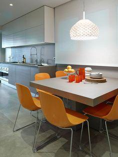 El comedor de diario con sillas naranjas