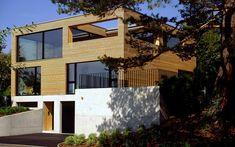 Einfamilienhaus mit Holzfassade am Zürichsee Garage Doors, Outdoor Decor, Home Decor, Wood Facade, Communities Unit, Architecture, Projects, Decoration Home, Room Decor