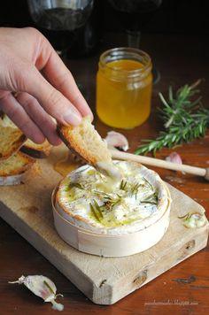 Pane, burro e alici: Camembert al forno con aglio e rosmarino