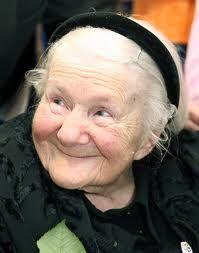¿ Y quién es ella?  El Ángel del gueto de Varsovia ( Irene Sendler) , una enfermera-trabajadora social de la polaca católica que durante un año y medio consiguió rescatar a mas de 2500 niños del gueto de Varsovia, sacándolos en sacos de patatas, carros...