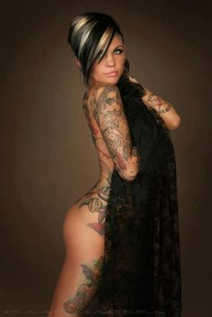 <3 her hair & Make-Up and of course her tattoos too.