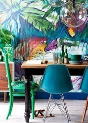 Hoewel palmbomen in Nederland schaars zijn, kun je ze met wat creativiteit toch in huis halen. In de vorm van een levendig en kleurrijk behang bijvoorbeeld. Een fijne samenstelling!