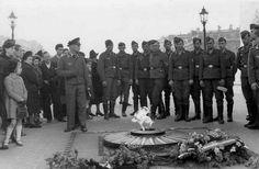 France, Paris, Recueillement de soldats allemands de la Luftwaffe devant la tombe du soldat inconnu sous l'arc de Triomphe
