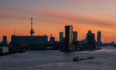 De Euromast  in Rotterdam tijdens zonsopkomst