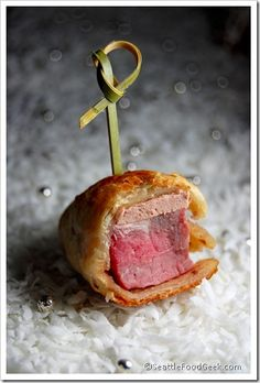 Love the rich elegance of beef wellington but want to avoid all the expensive hassle? Make these mini beef wellington appetizer bites that taste totally decadent but require just 3 ingredients. Golden puff pastry gives way to moist tenderloin and creamy p Finger Food Appetizers, Appetizers For Party, Appetizer Recipes, Tapas, Mini Beef Wellington, Seattle Food, Mini Foods, Snacks, Appetisers