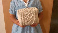 お待たせしました!かぎ針編みて編むハート模様のキャラメルポーチの編み図です^^娘のオモチャ収納用に編んだので、けっこう大きいです。娘に持ってもらうと、こんな感じ♪かなり大きい感じなので、持ち歩くにはアレですが、細々したオ