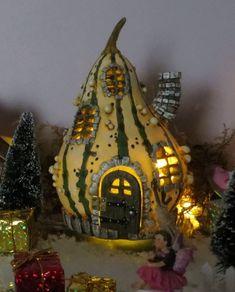 www.decorelle.fi - Sisusta ja somista kotisi, parvekkeesi, pihasi ja puutarhasi tai vaikkapa vanha akvaariosi/terraariosi näillä satumaisen ihanilla keijutaloilla ja keijuilla. Garden Products, Miniature Fairy Gardens, Miniatures, Christmas Ornaments, Holiday Decor, Home Decor, Decoration Home, Room Decor, Christmas Jewelry