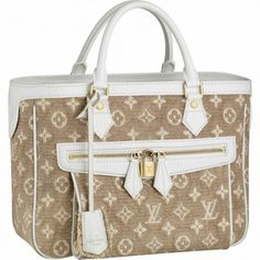 Save Louis Vuitton Outlet Online US Store with Free Ship & No Tax! * Calfskin leather key bell * Hand or shoulder carry * Exterior front pocket with padlock closure * Interior zipped pocket * Textile lining signed with woven Louis Vuitton Inventeur plate Zapatos Louis Vuitton, Louis Vuitton Cake, Louis Vuitton Online, Louis Vuitton Monogram, Prada Handbags, Burberry Handbags, Louis Vuitton Handbags, Vuitton Bag, Handbags Online