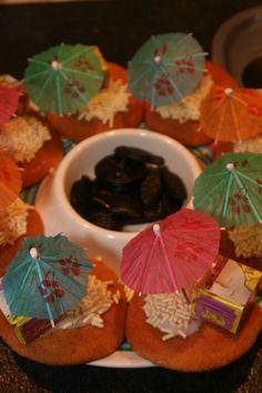 Schateiland. Gemaakt van een eierkoek. Gekleurde hagelslag erop en een schatkistje. Een parasolletje maakt de traktatie af.