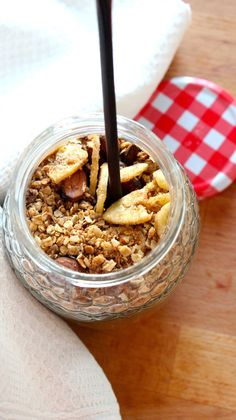 O Zé Maria descobriu a granola. Pede-me agora, iogurte com granola para o segundo lanche da tarde, aquele que come assim que chega a ca. Breakfast Snacks, Easy Healthy Breakfast, Healthy Recipes For Diabetics, Healthy Dinner Recipes, Diet Food List, Food Lists, Tofu, Cookbook Recipes, Dessert Recipes