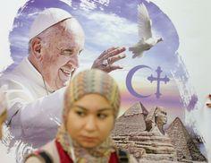 Femme égyptienne devant une affiche du pape, le 6 avril 2017