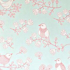 Les oiseaux de ce beau papier peint viendront chanter dans la chambre des enfants ! On aime cette belle couleur et cet aspect poétique!