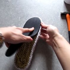 We continue our series of flipLearn to Crochet – Crochet Wave Fan Edging.How to Crochet Wave Fan Edging Border Stitch - Crochet IdeasThis Pin was discovered by олеOriginal pattern Here: croche Crochet Sandals, Crochet Boots, Crochet Slippers, Learn To Crochet, Diy Crochet, Crochet Baby, Crochet Slipper Pattern, Crochet Patterns, Knit Shoes