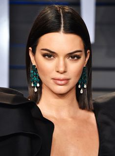 How to get Kendall Jenner haircut, Kendall Jenner top knot tutorial, how to obtain the right hair size, the right haircut form. The best Kendall Jenner haircut, Sleek Hairstyles, Down Hairstyles, Straight Hairstyles, Kendall Jenner Haircut, Permanent Lipstick, Go For It, Oscar, Brown Hair Colors, Brunette Hair