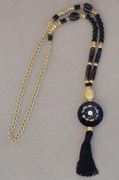 Collar realizado en piedras naturales, ónix negro, calcita, bolas de madera, agata teñida y nácar. de vithrashop en Etsy