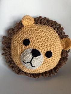 Nuestro Cecil el León hecho con amor y honer a él. Almohada de León de ganchillo para los amantes del León,   Nuestra original diseño y
