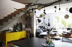 Kombinácia industriálneho štýlu, holých vetiev a drevených motívov vytvára unikátny priestor na bývanie