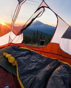 Be attentive and learn what you need to know regarding camping. You and the entire gang can grow as a family by experiencing a camping trip together. Since you wish to get more from your camping adventure, read this information carefully. Choose a tent. Camping Spots, Camping And Hiking, Camping Life, Tent Camping, Camping Hacks, Outdoor Camping, Camping Ideas, Backpacking, Camping Bedroom