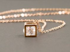 This pretty necklace features a small framed box with a diamond-cut cubic zirconium inside. Box charm: 6mm x 6mm Chain : rose gold plated brass