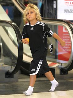 Kingston Rossdale Photos Photos: Gwen Stefani Takes Her Sons Shopping In Los Angeles Kingston Rossdale Boys Long Hairstyles Kids, Trendy Mens Haircuts, Toddler Boy Haircuts, Little Boy Haircuts, Toddler Hair, Boy Hairstyles, Hairstyle Men, Formal Hairstyles, Braided Hairstyles