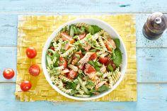 Vol en romig door de zalm, met een fris accent van groente - Recept - Allerhande Pasta Recipes, Salad Recipes, Healthy Recipes, Pesto Pasta, Pasta Salad, Healthy Diners, Fish Dishes, Fruit, I Foods