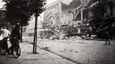 Le grand magasin Monoprix de Caen est touché par le premier bombardement de 13h30. Le pharmacien, en face, M. HUsson, blessé à la tête s'éloigne.