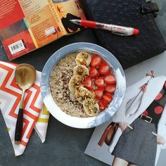 Top of the morning! Here's vanilla oatmeal with strawbs, bananas and delicious @blend_co skin blend. Mmmm...