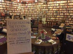 No início deste mês, a livraria girou todos os livros de autores homens em suas prateleiras, de maneira que suas lombadas ficassem escondidas. Com isso, mostrou de maneira perfeita como a desigualdade de gênero também existe na literatura. | Esta livraria conseguiu mostrar a desigualdade de gênero na literatura só reorganizando suas prateleiras