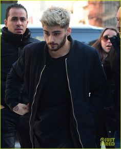 Zayn Malik Searches for NYC Apartments with Girlfriend Gigi Hadid!: Photo Zayn Malik trails behind girlfriend Gigi Hadid while stepping out of an apartment building together in New York City on Monday (January The singer… Zayn Malik Blonde, Cabello Zayn Malik, Zayn Mallik, Zayn Malik Photos, Niall Horan, Zayn Malik Hairstyle, Gigi Hadid And Zayn Malik, Hair Extension Clips, Men Hair Color