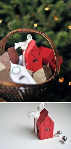 """ces jolies maisonnettes sont des boîtes cadeau... """"petit plus"""" : pour une scropine, vous pourrez aussi y glisser un mini album, des petites cartes, quelques embellissements..."""
