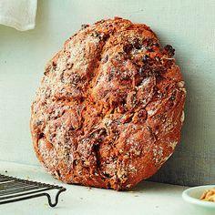 Das selbst gebackene, vegane Brot ist durch die Möhren wunderbar saftig. Die Walnüsse sorgen für das gewisse Extra.