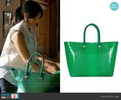 Divya's green tote bag on Royal Pains. Outfit Details: https://wornontv.net/57741/ #RoyalPains