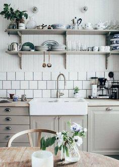 Wir zeigen, wie man mit einer grauen Wand in Küche, Schlafzimmer und Wohnzimmer ein ruhiges, aber zugleich warmes Ambiente schafft.