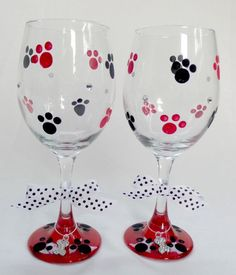 Hand Painted Wine Glass with Dog & Puppy Paws Wine Glass Crafts, Wine Craft, Wine Bottle Crafts, Wine Bottle Glasses, Wine Bottles, Verre A Vin Design, Wine Glass Designs, Hand Painted Wine Glasses, Bottle Painting