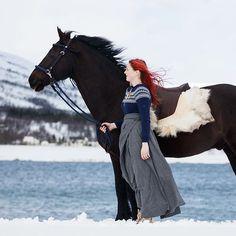 God morgen! På vei til stallen for å stelle og ri 3 flotte hesta i dag! :D Hiro, Hidalgo og min egen Merddin❤  Ridingskirt by @klesarven   Fotograf: @equinekwann ❤