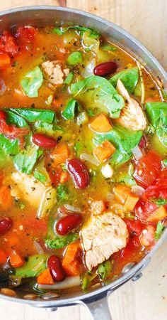 Healthy (and gluten free!) Italian soup: Chicken, Bean, and Spinach Soup. Packed with other veggies, too: green bell pepper, carrots, and tomatoes. Great lunch! @juliasalbum