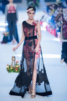 Pakistani Models, Pakistani Designers, Pakistani Dresses, Unique Dresses, Stylish Dresses, Fashion Dresses, Long Dresses, Indian Designer Wear, Diy Dress