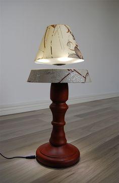 Svävande lampa med mönstrad skärm och träfot via Prylcity. Click on the image to see more!