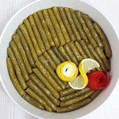 Malzemeler; 350-400 gr taze asma yaprağı, 1,5 su bardağı pirinç, 4 adet orta boy soğan, 2 çay bardağı zeytinyağı, 1 adet büyükçe olgun domates, Yarım demet maydanoz, 2 çorba kaşığı kadar dolmalık fıstık, 1 çorba kaşığı toz şeker, 2 çorba kaşığı kuşüzümü, 1'er çay kaşığı nane, yenibahar, tarçın ve karabiber, Tuz,Limon HAZIRLANIŞI 1.Öncelikle Yaprakları kaynar …