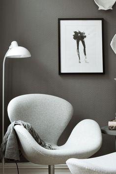 Mørk greige FR1133, en mørk greige tone -den fremhever alt rundt seg på en delikat og sofistikert måte. #mørk#greige#grå#grey#hvit#stålampe#lenestol#sort#ramme#detaljer#maling#painting#stue#kjøkken#gang#entrance#hall#livingroom#inspirasjon#inspiration#Fargekart#fargerike#moderne Ikea, Chair, Furniture, Home Decor, Decoration Home, Ikea Co, Room Decor, Home Furnishings, Chairs