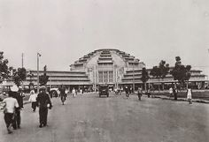 Cambodge Mag   : Phnom Penh en 1929 Agriculteurs, éleveurs, pêcheurs, marchands de tabac et contrebandiers impénitents, ils habitaient sur les berges des cours d'eau, d'où leurs pirogues, dont la rapidité défiait celle des canots de la douane, transportaient avec succès, au nez et à la barbe des agents du fisc, des quantités prodigieuses de tabac, sans acquitter le taxe de circulation…